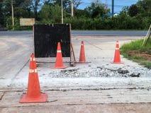Cônes du trafic, construction, route bétonnée Photo libre de droits