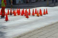 Cônes du trafic sur la rue de ville Photo stock