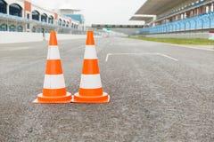 Cônes du trafic sur le speed-way du stade Image libre de droits