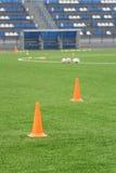 Cônes et boules pour la formation du football au stade Folâtre le fond Photo libre de droits