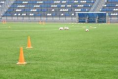 Cônes et boules pour la formation du football au stade Folâtre le fond Image libre de droits