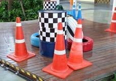 Cônes oranges avec les pneus et les barils peints du trafic Photographie stock libre de droits
