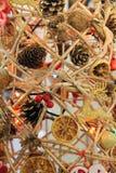 Cônes, oranges sèches sur le cadre Photo stock
