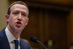 C.C.: O CEO MARK ZUCKERBERG DE FACEBOOK DEMONSTRA NA FRENTE DO CONGRESSO DOS E.U. Foto de Stock