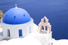 C?pula de la iglesia en Santorini imagen de archivo