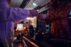 C?r?monie de th? chinoise Ma?tre de th? dans le kimono avec une fille pendant une c?r?monie de th? chinoise dans la chambre noire photos libres de droits