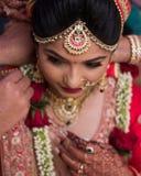C?r?monie l'?pousant indienne traditionnelle - Inde, Ahmedabad images libres de droits