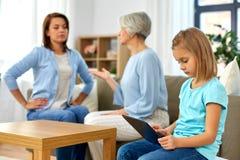 C?rka, matka i babcia dyskutuje w domu, zdjęcie royalty free