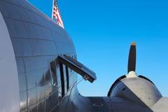 C-47 Skytrain med amerikanska flaggan Arkivbilder
