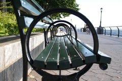 Côté d'un accoudoir de banc de parc au parc Photo libre de droits