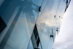 Côté d'un bâtiment d'entreprise en verre Images libres de droits