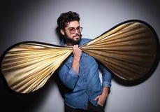 Côté d'un homme de mode tenant le grand noeud papillon Image stock