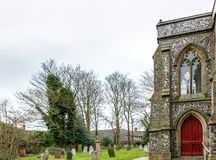 Côté d'une église au milieu d'un cimetière en Angleterre Photos libres de droits