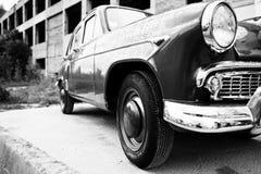 Côté de la rétro voiture de vieux vintage Pékin, photo noire et blanche de la Chine Image stock