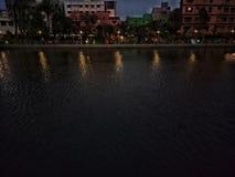 Côté de lac le soir Photographie stock
