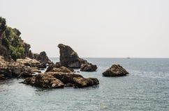 Côté de mer rocheux d'Antalya Turquie Image stock