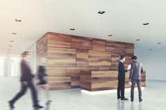 Côté en bois et en verre de plan rapproché de lobby de réception, hommes Photographie stock libre de droits
