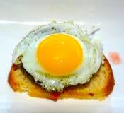 Côté ensoleillé, pain grillé d'oeufs photographie stock libre de droits