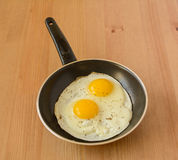 Côté ensoleillé vers le haut des oeufs dans une casserole Image stock