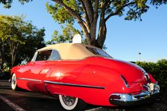 Côté gauche arrière d'une voiture convertible de luxe rouge Images stock