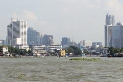 Côté moderne de rivière de bâtiment de Bangkok photos libres de droits