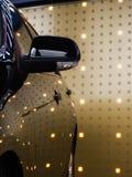 Côté noir de voiture contre le mur léger Photo libre de droits
