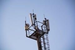 Côté supérieur de mât avec un équipement pour la communication cellulaire Images stock
