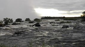 Côté zambien de coucher du soleil de la rivière Zambesi Image libre de droits