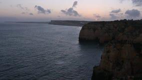 Côte Algarve, Portugal de Ponta DA Piedade de coucher du soleil banque de vidéos