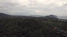 Côte asiatique harmonieuse et petite île, d'un quadrocopter clips vidéos