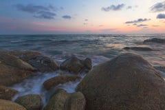 Côte avant coucher du soleil image libre de droits