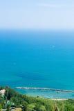 Côte avec la villa et les bateaux d'en haut Photographie stock libre de droits