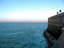 Côte avec le mur de château à Cadix Image stock