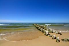 Côte baltique et le vieux brise-lames Image stock