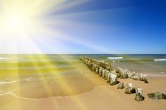 Côte baltique, le soleil et le brise-lames Photo stock