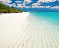 Côte blanche claire d'île de sable image stock