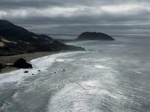 Côte californienne avant une tempête images stock