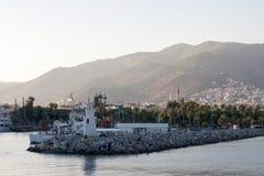 Côte d'Alanya avec le phare sur les bateaux avant de plan et de palmiers Photo stock