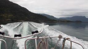 Côte d'océan et de Mountain View vert de bateau dans le Patagonia Argentine banque de vidéos