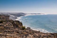 C?te dans une brume et un Oc?an Atlantique, Maroc photos stock