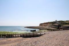 Côte de l'Angleterre avec des ruines de jetée Photo stock
