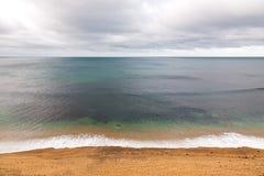 Côte de l'océan pacifique sous le ciel nuageux, juste avant une tempête Photos libres de droits