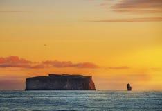 C?te de l'Oc?an Atlantique pendant le d?but de la matin?e L'eau lisse et les roches ?tonnantes sur l'horizon, la lumi?re rose dou image stock