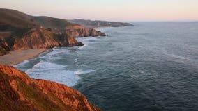 Côte de la Californie au coucher du soleil banque de vidéos