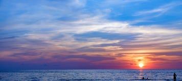 Côte de la mer au coucher du soleil, Koh Chang, Thaïlande Photo stock