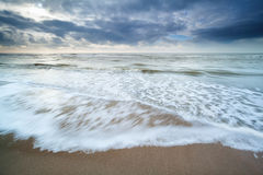 Côte de la Mer du Nord dans le jour opacifié Photographie stock