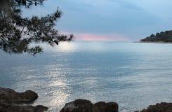 Côte de Mer Adriatique au coucher du soleil Photo stock