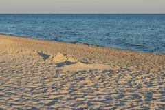 Côte de plage dans le coucher du soleil Photo libre de droits