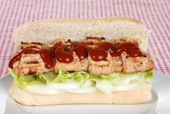 Côte de porc de barbecue avec de la sauce sur le pain Image libre de droits