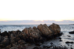 Côte des roches du Portugal sur le coucher du soleil image stock